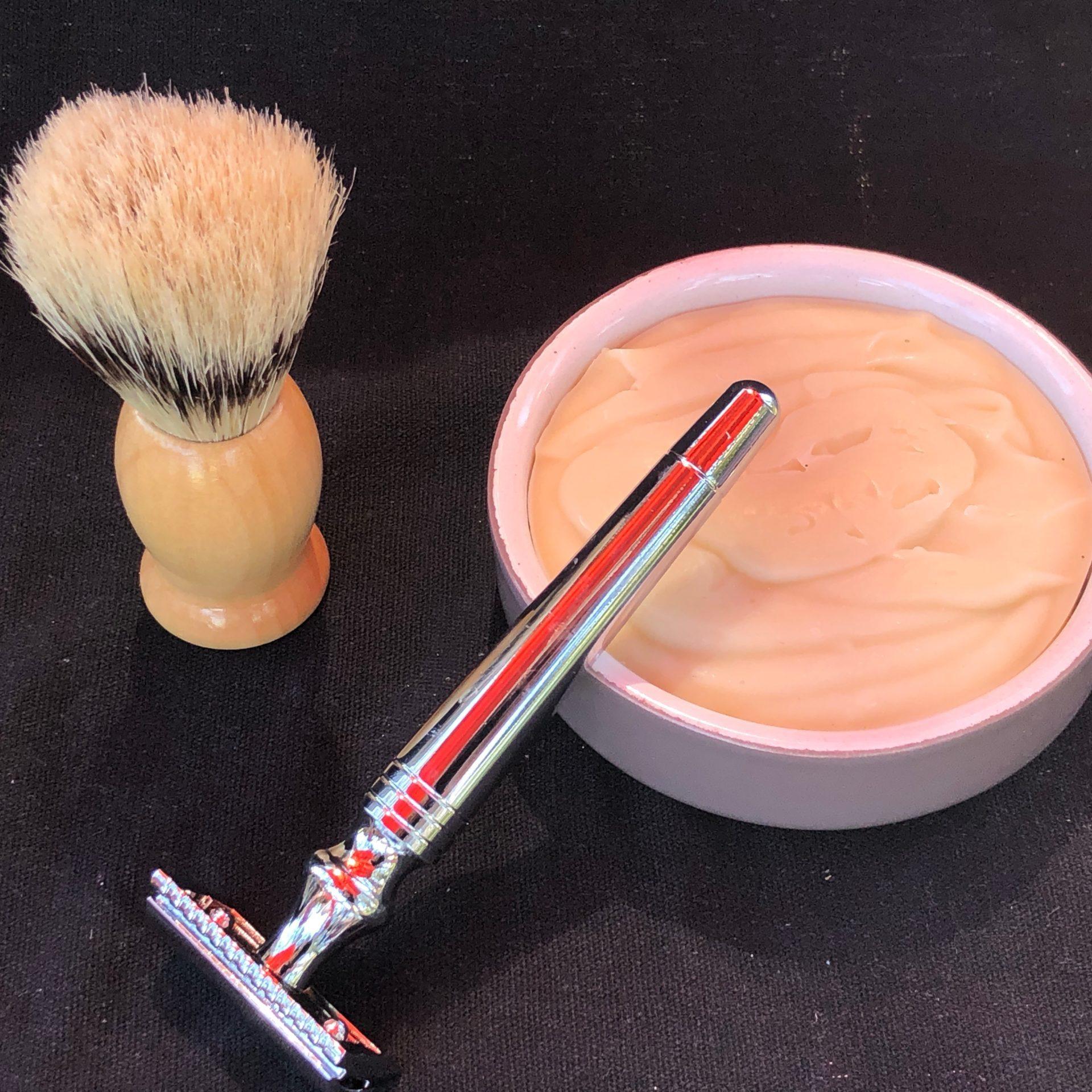 Idée cadeau pour homme : le savon à barbe, le blaireau, le rasoir et son support